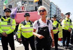 A atriz britânica Emma Thompson se juntou aos ativistas em ato contra mudanças climáticas, no centro de Londres. Esta sexta-feira marca o quinto dia de manifestações lideradas pelo grupo Extinction Rebellion, que pede ao governo britânico a declaração do estado de