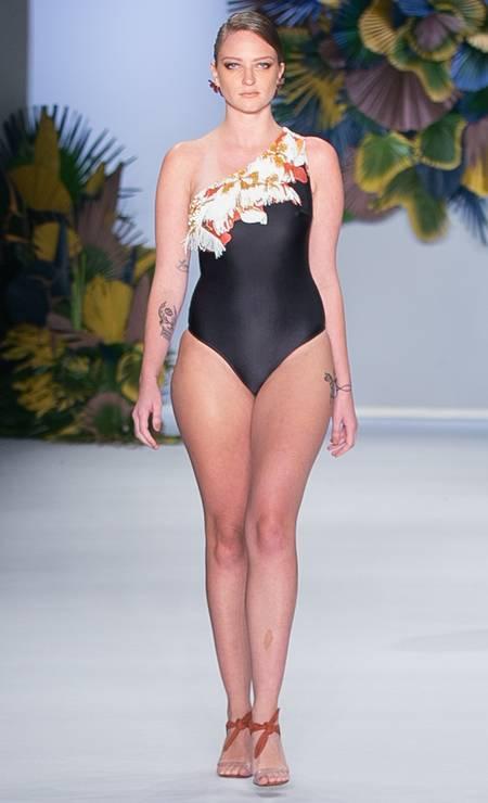 No mesmo desfile, a modelo Bruna Erhardt foi destaque ao exibir suas curvas Foto: Fernanda Calfat / Getty Images