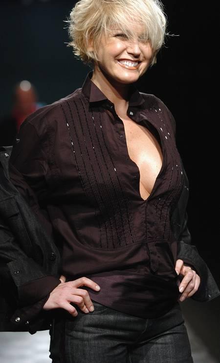 No verão 2005, Xuxa desfilou para a Ellus, relembrando seus tempos de modelo Foto: Fernanda Calfat / Getty Images