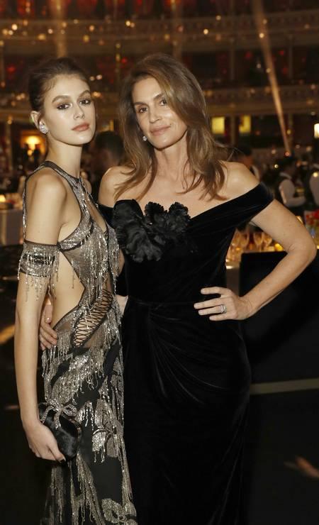 Kaia Gerber virou modelo, assim como a mãe, a top americana Cindy Crawford. A menina conseguiu até virar favorita da Versace, marca que sempre esteve com Cindy Foto: John Phillips/BFC / Getty Images