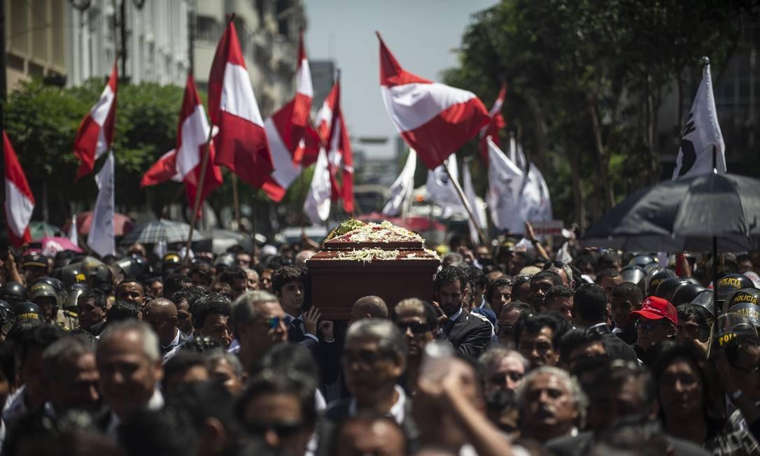 """Multidão acompanha o caixão com o corpo de Alan García durante seu funeral em Lima nesta sexta: """"meu cadáver é mostra de meu desprezo em relação a meus adversários"""", diz a carta Foto: ERNESTO BENAVIDES/AFP"""