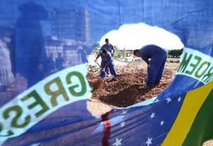 Enterro do catador Luciano Macedo no cemitério de Caju, morto pelo Exército Foto: Guilherme Pinto / Agência O Globo