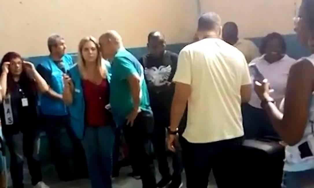 Vereador Doutor Gilberto conversa com mulher que se apresentou como coordenadora da Assistência Social da prefeitura Foto: Reprodução
