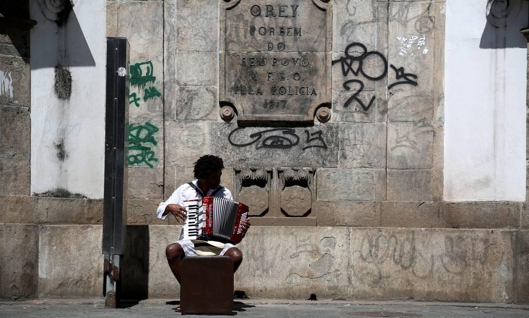 Chafariz da Rua Riachuelo. Falta de investimentos para conservação e recuperação do patrimônio. Foto: Custódio Coimbra / Agência O Globo