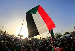Incógnita e revolta. Sudaneses fazem uma manifestação em frente a um complexo do Exército na capital, Cartum. Eles exigem que os militares entreguem depressa o poder a civis: crise política no país permanece sem solução à vista Foto: ASHRAF SHAZLY / AFP