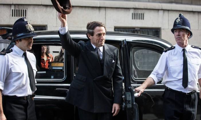 Hugh Grant vive o político Jeremy Thorpe em 'A very english scandal', série da BBC disponível no Globoplay Foto: Sophie Mutevelian / Sophie Mutevelian/BBC/Blueprint