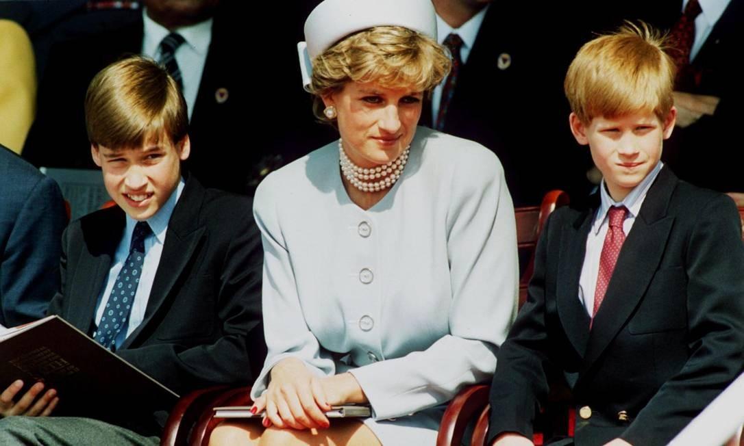 Diana entre os filhos William e Harry Foto: Anwar Hussein / Getty Images