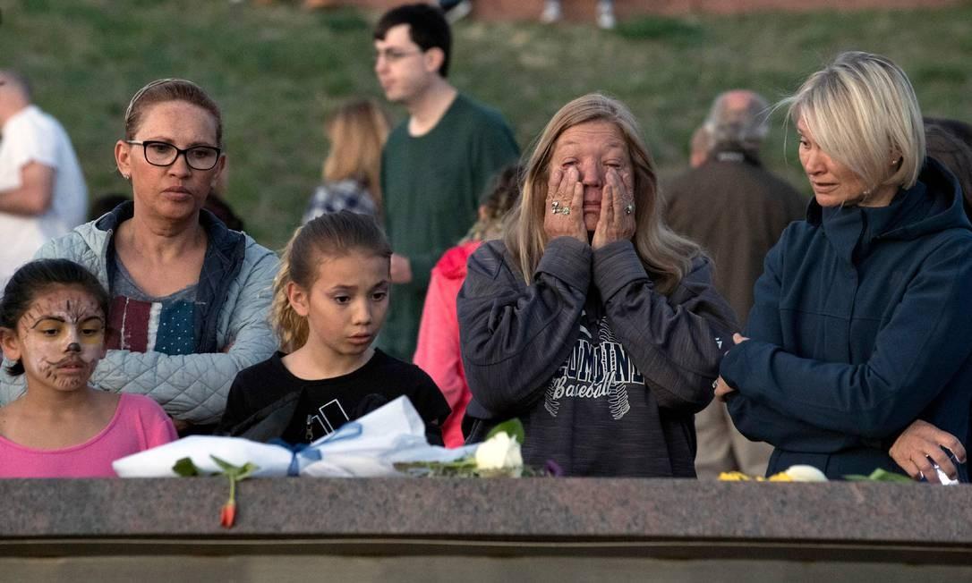 Homenagem aos estudantes mortos em Columbine em memorial construído em sua memória, na cidade de Littleton, no Colorado Foto: JASON CONNOLLY / AFP