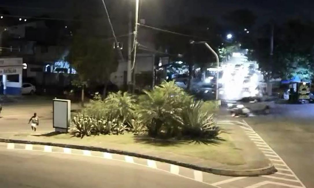 Momento em que caminhonete colide com motoqueiro na Estrada Francisco da Cruz Nunes, em Niterói, registrado por nova câmera integrada Foto: Reprodução / CISP