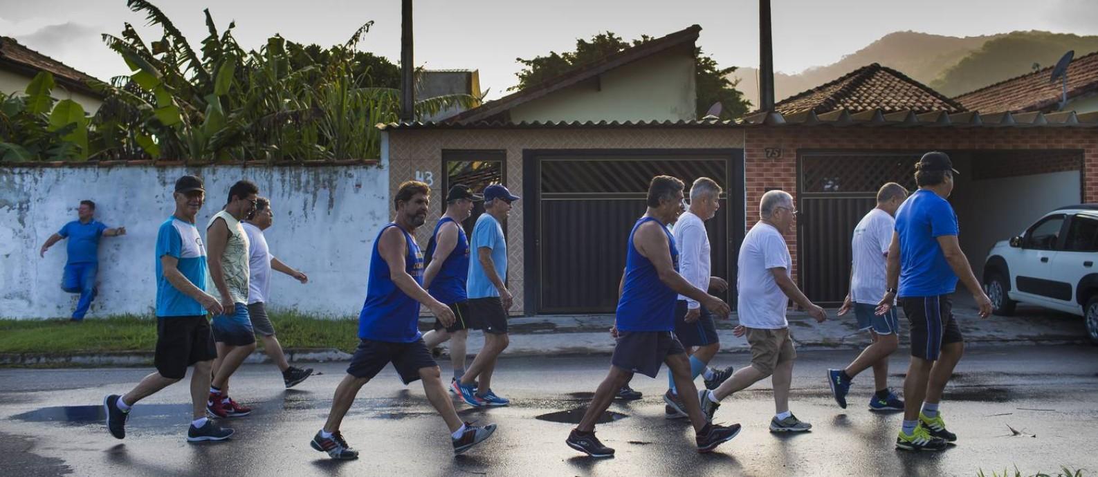 Grupo de aposentados Homens do Terço se reúne para fazer caminhada e orações em Iguape Foto: Edilson Dantas / Agência O Globo