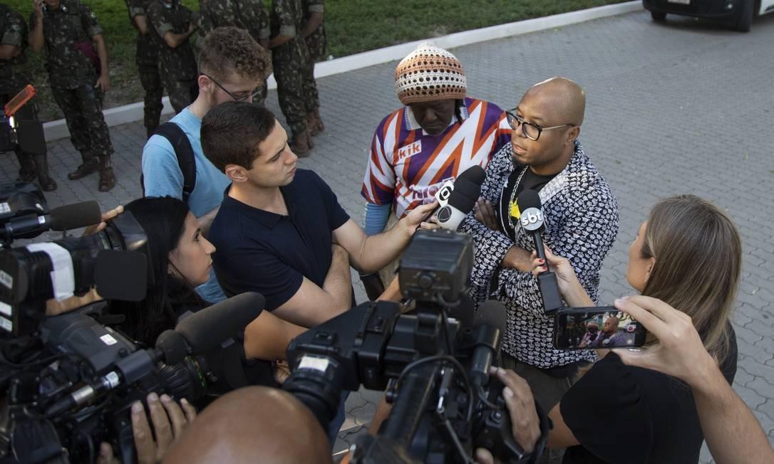 MC Boochecha fala com a imprensa em enterro do funkeiro MC Sapão Foto: GABRIEL MONTEIRO / Agência O Globo