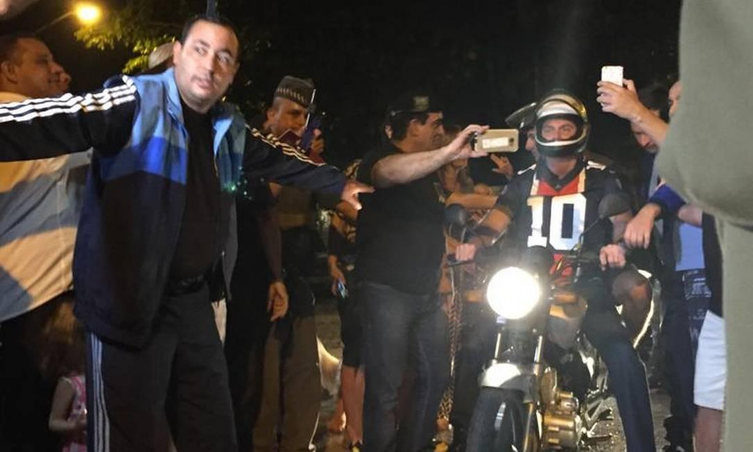 O presidente Jair Bolsonaro deixou o Forte dos Andradas, no Guarujá, para um passeio de moto Foto: Cleide Carvalho/Agência O Globo