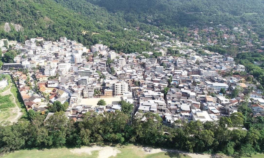 Imagem registrada por drone na Tijuquinha mostra construções feitas de forma desordenada em direção a encostas, mesma condição de risco dos prédios que desabaram na Muzema: segundo moradores, não há fiscalização Foto: Associação de Moradores do Itanhangá Leste / Divulgação