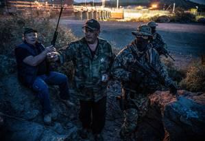 Foto de arquivo mostra integrantes do grupo paramilitar americano Patriotas Constitucionais Unidos (UCP) que tem atuado detendo imigrantes que cruzam ilegalmente a fronteira com o México: homem se apresentou como comandante da milícia Foto: PAUL RATJE/AFP/20-03-2019