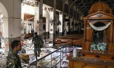Policiais recolhem destroços após ataque no Santuário de Santo Antônio, em Colombo, no Sri Lanka Foto: ISHARA S. KODIKARA / AFP