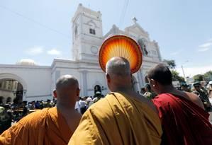 Monges budistas observam igreja atacada, após série de explosões em Colombo, Sri Lanka: ataques contra minorias religiosas na ilha vêm se repetindo Foto: DINUKA LIYANAWATTE / REUTERS