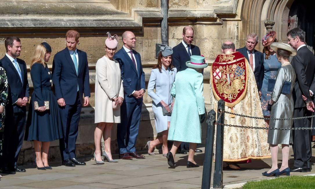 Observem bem a foto? A foto foi feita neste domingo, na chegada da família real à capela de Saint George, no Castelo de Windsor, para celebrar a Páscoa e os 93 anos da rainha Elizabeth II. Um dos principais membros não está presente. Grávida do príncipe Harry, Meghan Markle foi ausência e levantou suspeita de que talvez já tenha dado à luz Foto: Eamonn M. McCormack / Getty Images