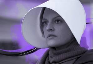 Elisabeth Moss interpreta uma aia em um futuro distópico no qual mulheres são escravizadas e perdem direitos reprodutivos em uma sociedade teocrática e totalitária Foto: Ilustração de Ana Luiza Costa sobre foto de George Kraychyk/Hulu