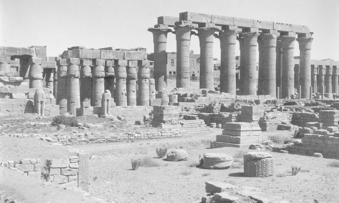 As ruínas do Templo de Karnak por volta de 1925. O complexo religioso de Karnak, especialmente dedicado ao culto do deus Ámon, faz parte da antiga cidade de Tebas, um dos locais mais sagrados na religião dos antigos egípcios e que chegou a ser capital de alguma dinastias de faraós. Para os historiadores, a cidade começou a ser habitada há cerca de cinco mil anos atrás. Foto: Herbert Felton / Getty Images