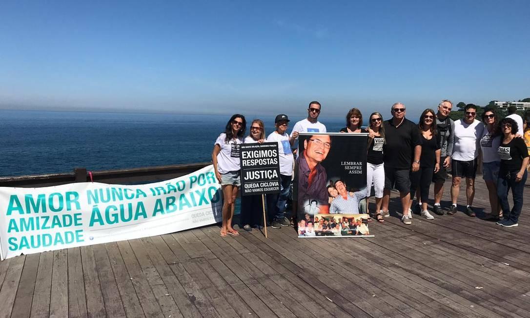 Familiares e amigos de Eduardo fizeram um ato no Mirante do Leblon Foto: Bruno Calixto / O Globo