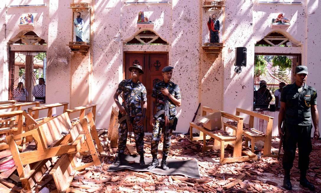 Soldados inspecionam igreja de São Sebastião após atentado no Domingo de Páscoa; ataques coordenados deixaram centenas de mortos e feridos Foto: STR / AFP