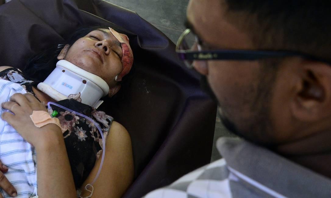 Mulher ferida recebe atendimento médico no Sri Lanka após atentado; dezenas de estrangeiros estão entre vítimas Foto: LAKRUWAN WANNIARACHCHI / AFP