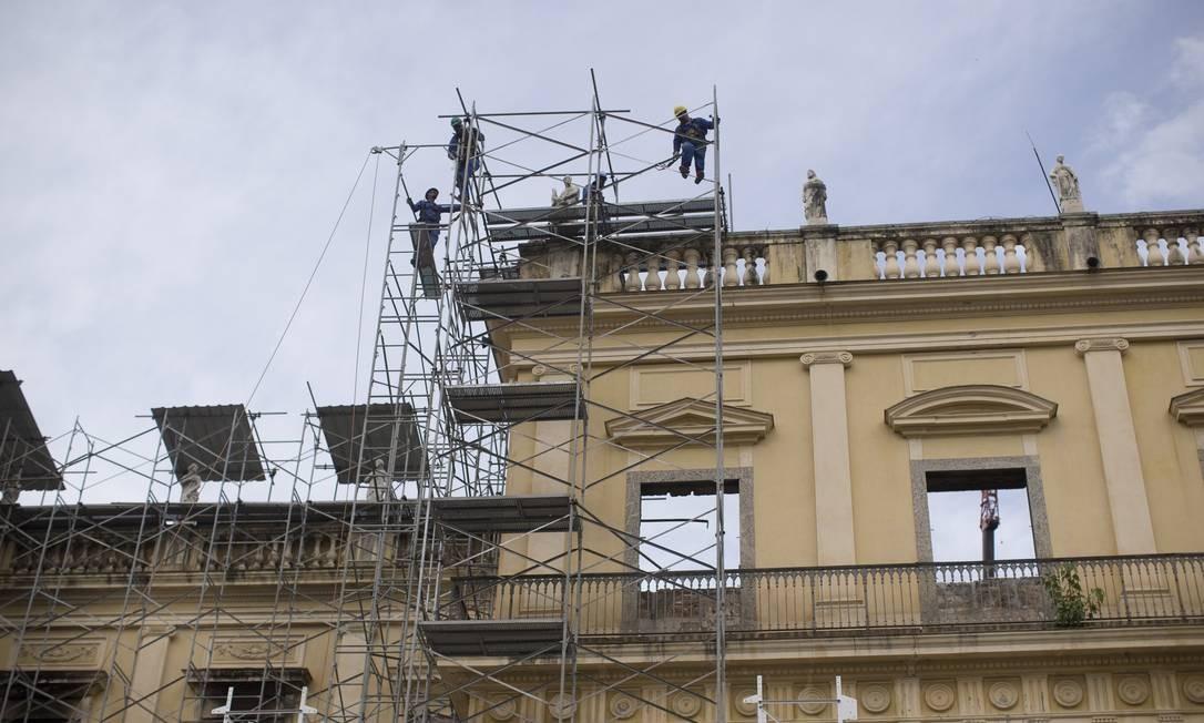 Restauradores trabalham entre os escombros do Museu Foto: Márcia Foletto / Agência O Globo