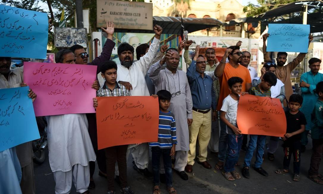Ativistas dos direitos humanos no Paquistão erguem placas em Karachi contra ataques a bomba no Sri Lanka Foto: RIZWAN TABASSUM / AFP