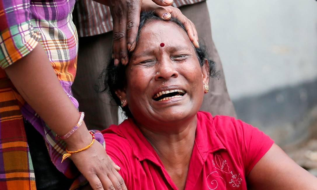 Mulher chora perda de parente em explosão contra templo de Santo Antônio em Colombo Foto: DINUKA LIYANAWATTE / REUTERS