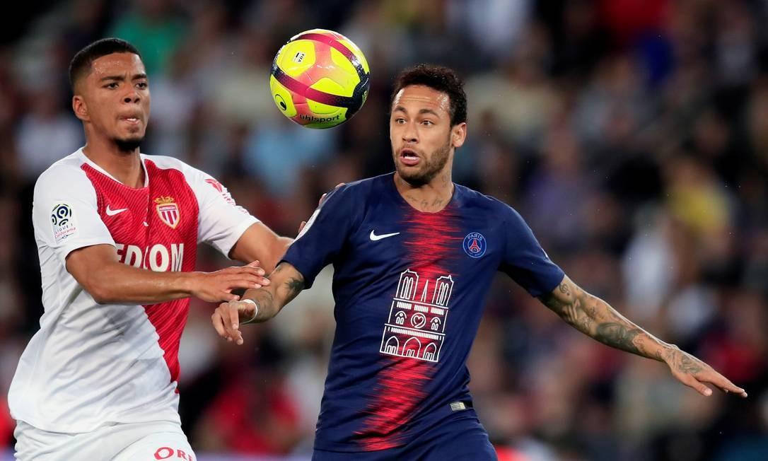 Neymar é marcado por Henrichs no jogo entre PSG e Monaco pelo Campeonato Francês Foto: GONZALO FUENTES/REUTERS