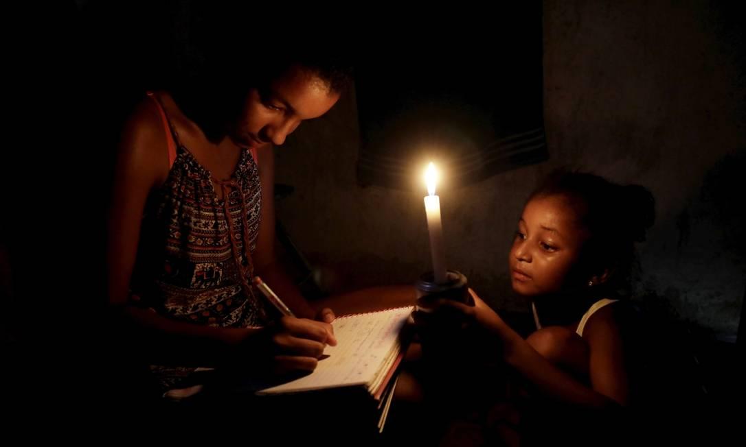 Simone da Conceição Marques e a filha vivem a luz de velas em quilombo de Mangaratiba Foto: Custódio Coimbra / Agência O Globo