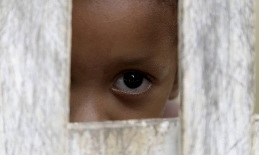 Criança do assentamento quilombola de Mangaratiba Foto: Custódio Coimbra / Agência O Globo