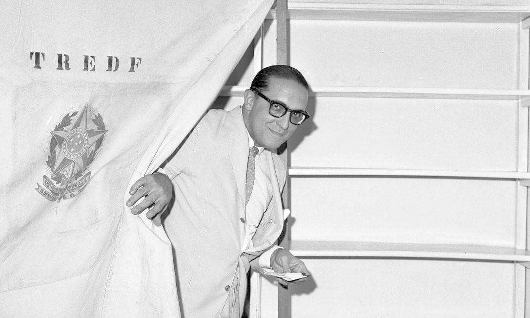 Carlos Lacerda, uma das principais lideranças da UDN, durante votação nas eleições de 1960 Foto: Arquivo O Globo