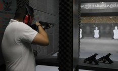 Praticante em clube de tiro no bairro de Santana, na Zona Norte de São Paulo: número de registros aumentou nos últimos cinco anos Foto: Edilson Dantas / Agência O Globo