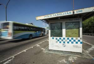 Cabine da PM na Linha Vermelha. Vazia e metralhada. Foto: Guito Moreto / Agência O Globo