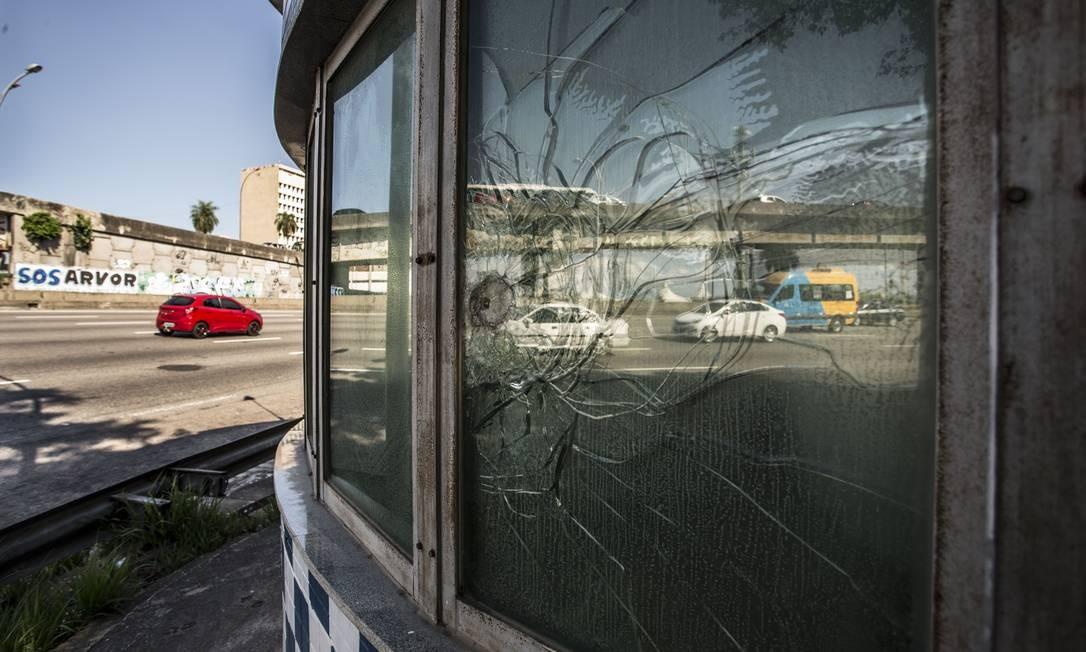 Vazia, cabine próxima ao Fundão tinha marca de tiro de armamento pesado no fim de abril Foto: Guito Moreto / Agência O Globo