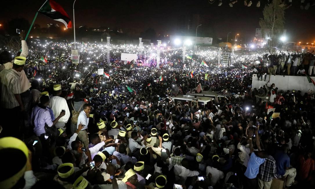 Manifestantes se reúnem ao redor da sede do Ministério da Defesa para pressionar militares em Cartum, no Sudão Foto: UMIT BEKTAS / REUTERS