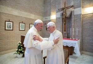 Em foto de 2018, Papa Francisco cumprimenta Bento XVI no Vaticano Foto: HO/15-02-2018 / AFP