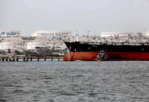 Foto de arquivo mostra navio-tanque iraniano ancorado nas instalações da Ilha Khark, na costa iraniana do Golfo Pérsico: região é responsável por grande parte da produção de petróleo do mundo Foto: ATTA KENARE/AFP/12-03-2017