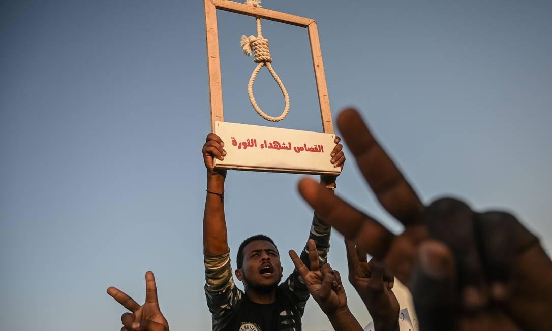 Um manifestante sudanês segura uma corda com laço de forca durante um protesto em frente à sede do Exército na capital, Cartum. Líderes de protestos sudaneses suspenderam conversações com governantes militares, depois que o Exército não conseguiu atender à demanda de uma transferência imediata para o governo civil Foto: OZAN KOSE / AFP