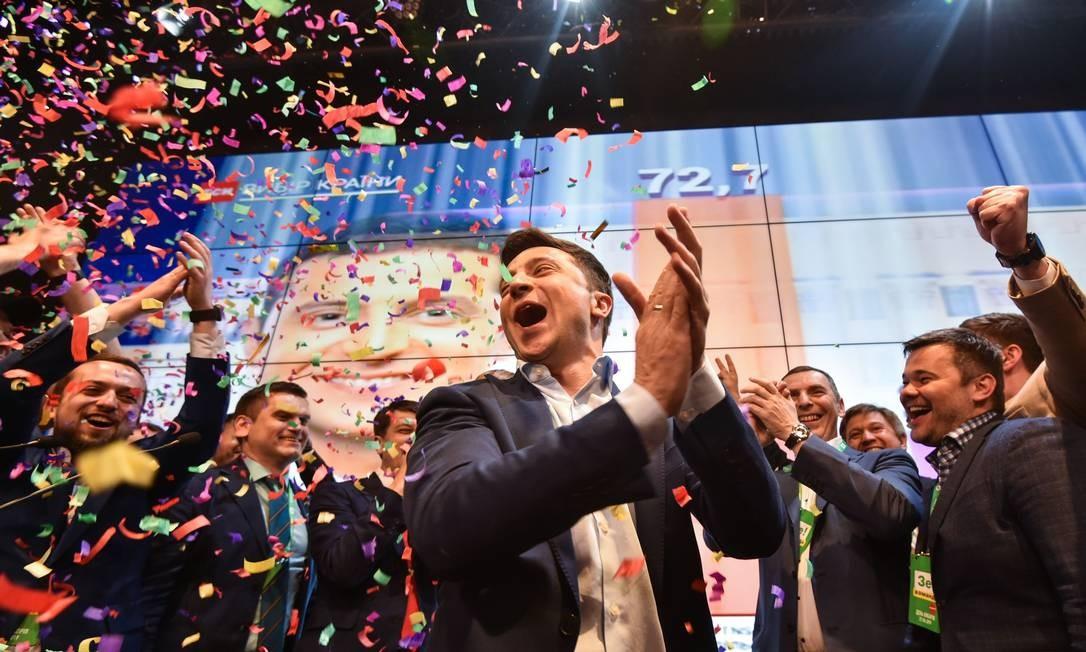 O comediante e candidato à presidência, Volodymyr Zelensky, venceu a eleição presidencial da Ucrânia. O ator de 41 anos, que interpreta um presidente fictício em uma série de TV chamada Servo do povo, obteve 73% dos votos, contra os apenas 25% do atual mandatário, Petro Poroshenko Foto: GENYA SAVILOV / AFP