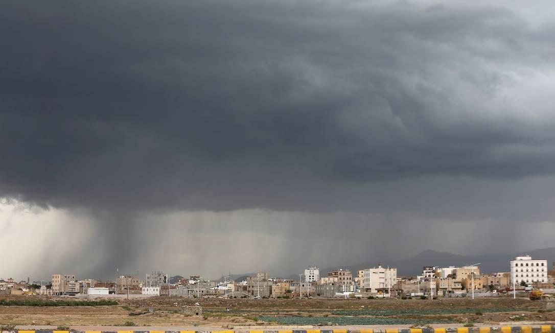 Um grande nuvem de chuva cobre a cidade de Sanaa, capital do Iêmen Foto: KHALED ABDULLAH / REUTERS