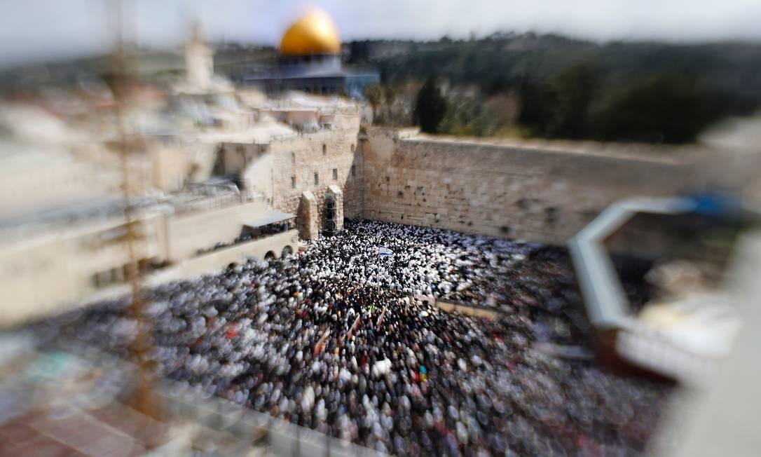 Sacerdotes judeus participam da bênção do sacerdote durante o feriado da Páscoa, no Muro das Lamentações, na Cidade Velha de Jerusalém Foto: THOMAS COEX / AFP