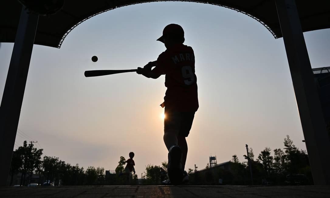 Meninos jogam beisebol no Kosuge, em Tóquio Foto: CHARLY TRIBALLEAU / AFP