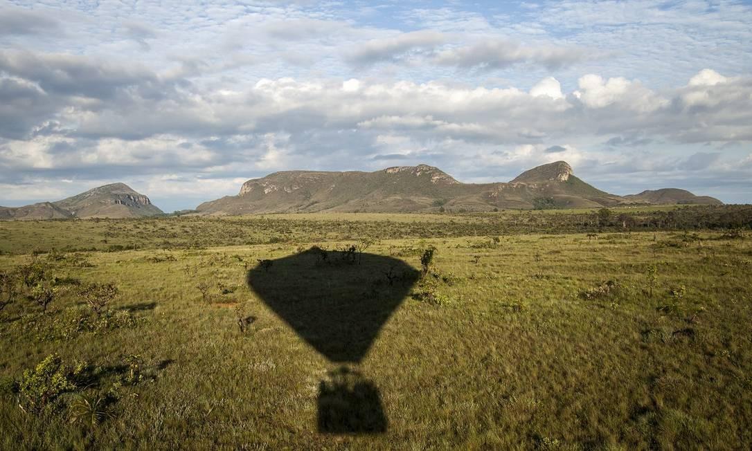 Passeios de balão são uma ótima maneira de observar as formações rochosas em meio ao Cerrado, características do parque Foto: Hermes de Paula / Agência O Globo