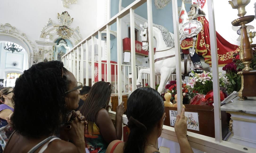 Na véspera do dia de São Jorge fiéis enchem a igreja Foto: Gabriel de Paiva / Agência O Globo