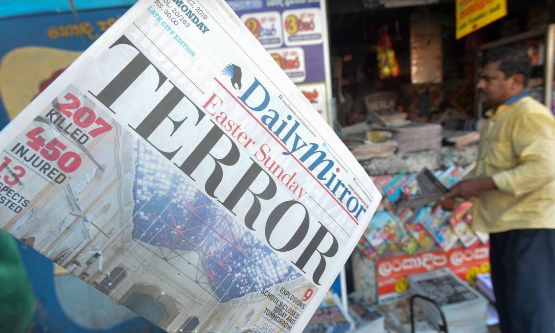 A primeira página de um jornal do Sri Lanka registra as explosões detonadas por grupo extremista religioso no domingo de Páscoa: 290 mortos e 500 feridos Foto: ISHARA S. KODIKARA / AFP