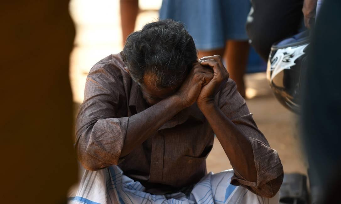 Parente de uma vítima do atentado em uma igreja chora diante de um hospital em Batticaloa, no leste do Sri Lanka. O governo decretou estado de emergência Foto: LAKRUWAN WANNIARACHCHI / AFP