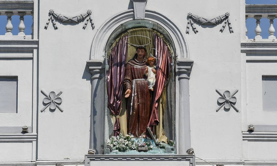 Estátua de Santo Antônio teve o vidro quebrado após uma série de bombas detonadas em igrejas e hóteis de luxo no Sri Lanka. Este foi o maior ataque extremista no país em mais de uma década Foto: MOHD RASFAN / AFP