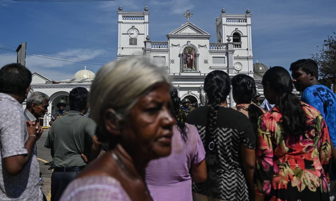 Moradores se reúnem diante do Santuário de Santo Antônio, em Colombo, nesta segunda-feira, um dia após os ataques contra igrejas católicas e hóteis de luxo em cidades do Sri Lanka. Grupo islâmico suspeito dos atentados já atacou estátuas budistas Foto: MOHD RASFAN / AFP